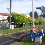 Die stillgelegte , grenzübergreifend zu reaktivierende Bahnstrecke genau vor dem Rathaus in Lemberg  / Bitscher Land